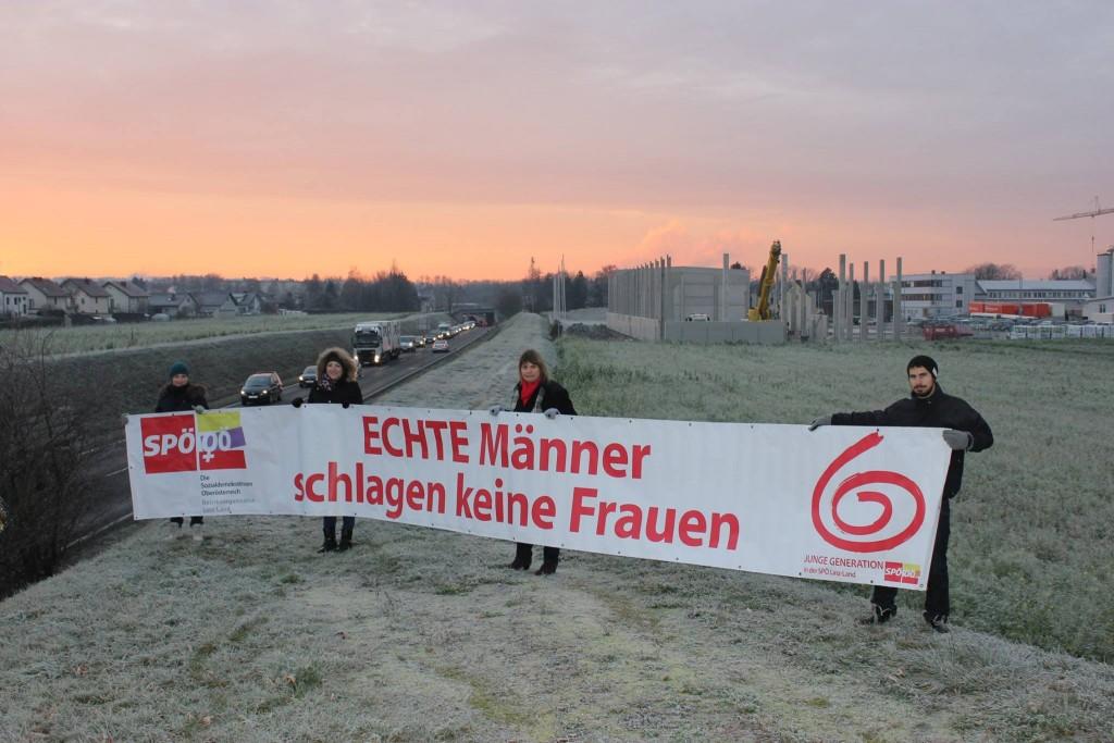 Die Junge Generation Linz-Land bei einer morgendlichen Aktion in Traun zum internationalen Tag gegen Gewalt an Frauen 2015